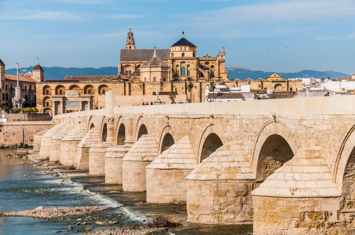 'View of Great Mosque of Cordoba across famous Roman Bridge' - Andalusien